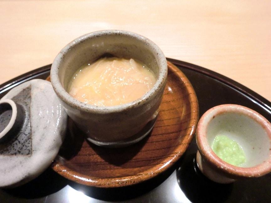 茶碗蒸しにはわさびが添えられます。甘みがあって美味しいわさびです。